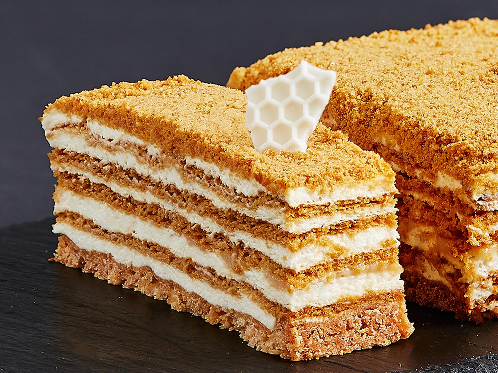 Кусок торта Медовик