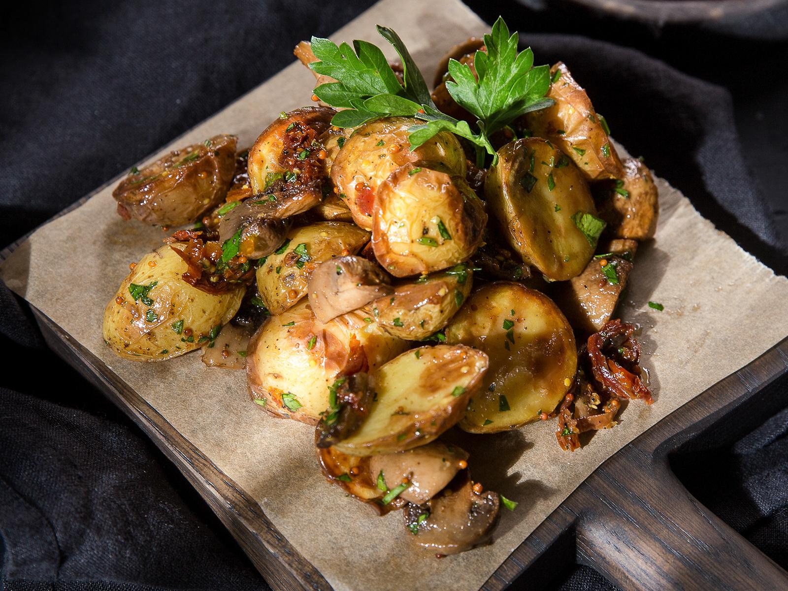 Бэби картофель с грибами и вялеными помидорами