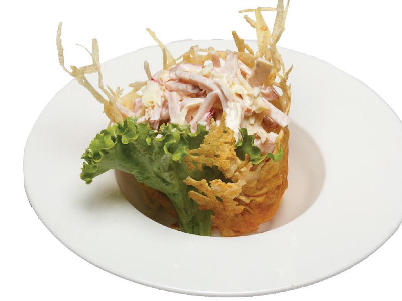 Пикантный салат в сырной корзине