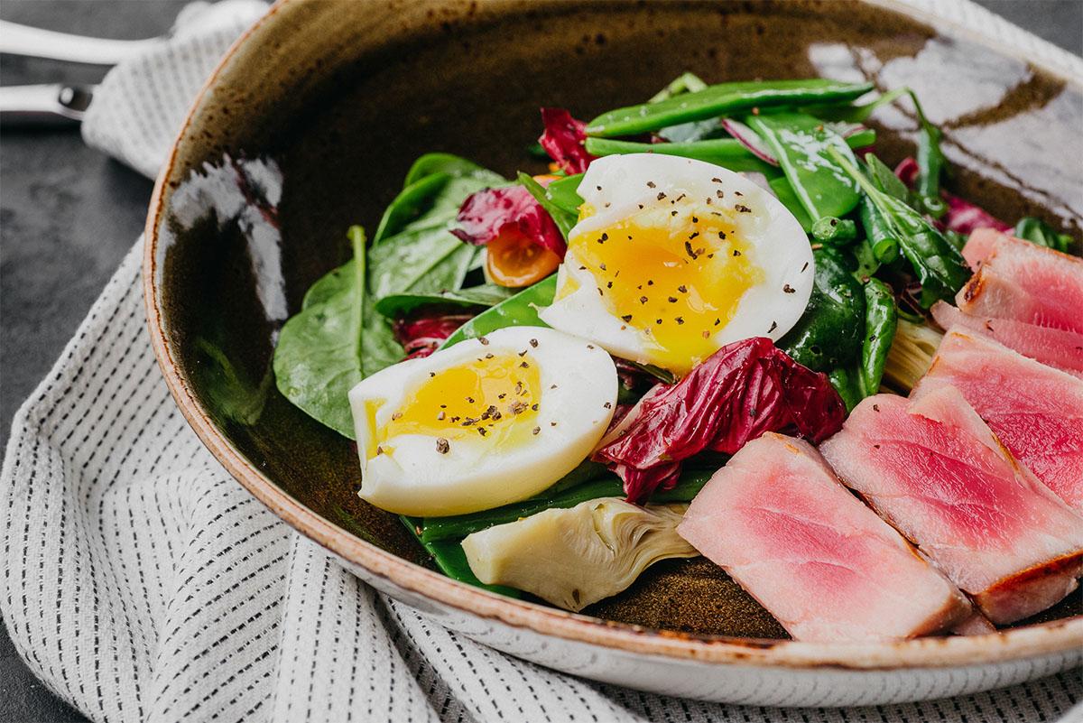 Свежий салат с тунцом, кенийской фасолью, яйцом и артишоками