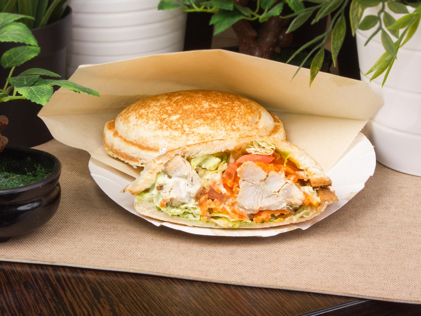 Сэндвич со свининой и соусом бьянка