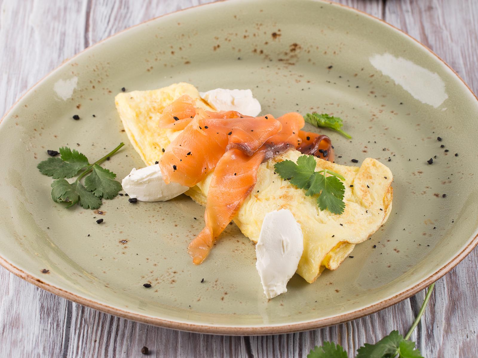 Омлет с лососем слабой соли