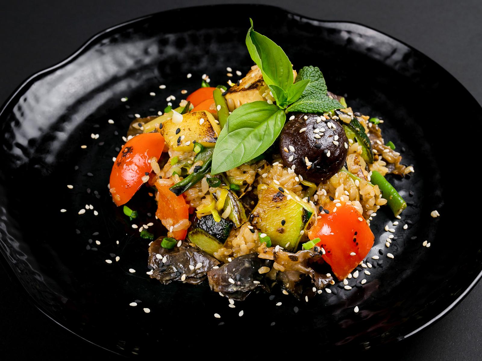 Вок с овощами, тофу и грибами