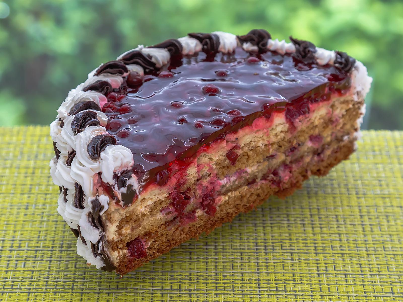Торт Медовый с брусникой половинка