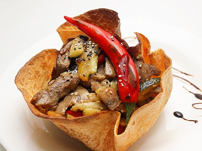Телятина, тушеная со свежими овощами