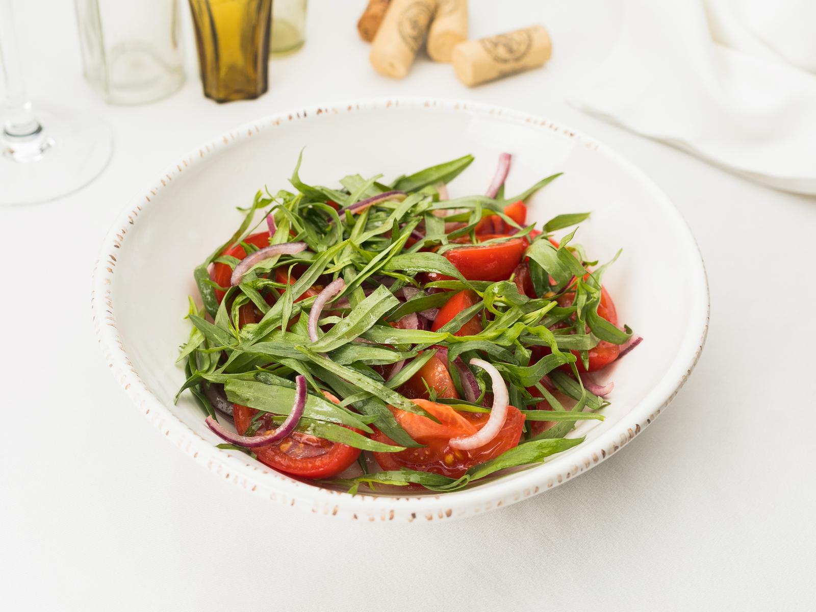 Салат из томатов c красным луком и тархуном