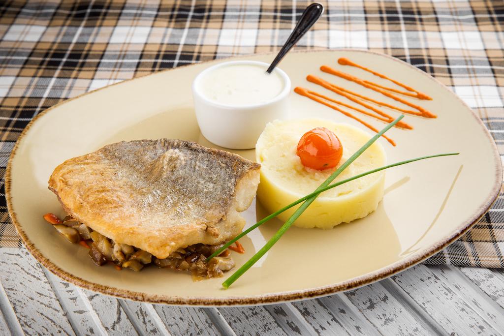 Филе муксуна с белыми грибами и картофельным пюре