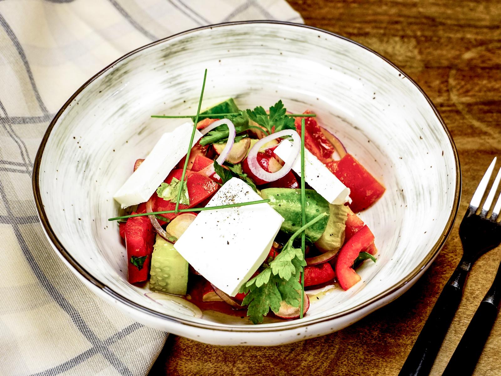 Овощной салат с сыром брынза