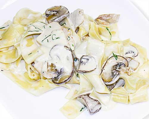 Папарделли с курицей и грибами в сливочном соусе