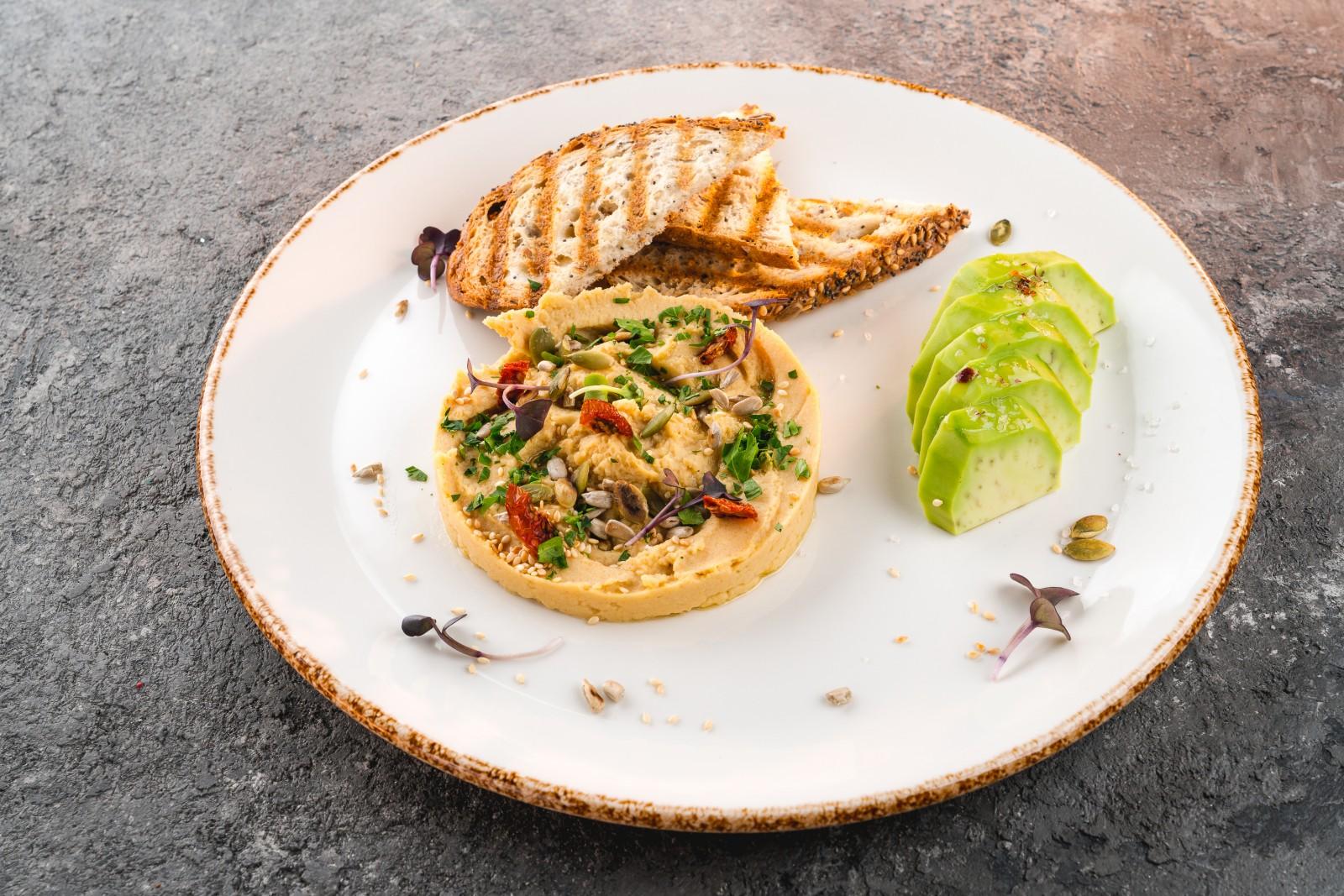 Хумус с авокадо и тостами