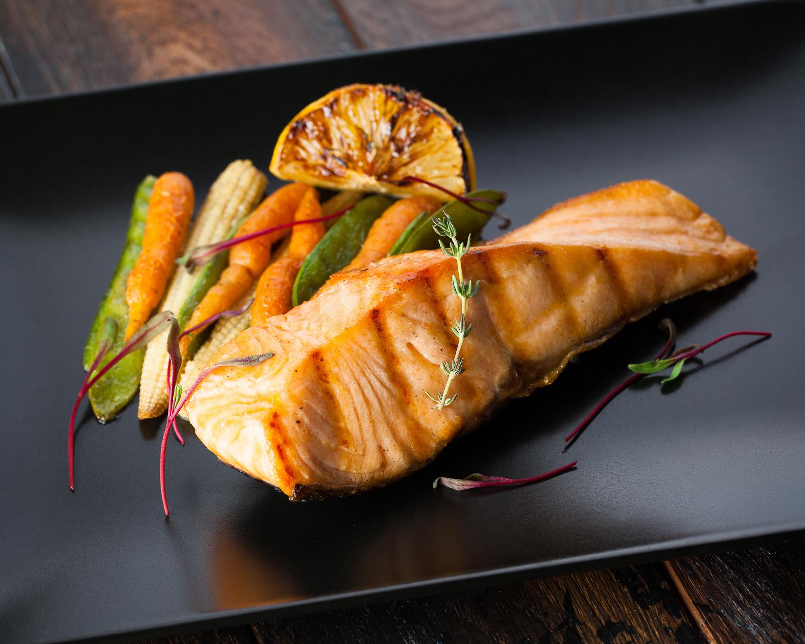 Филе лосося со шпинатом и помидорами