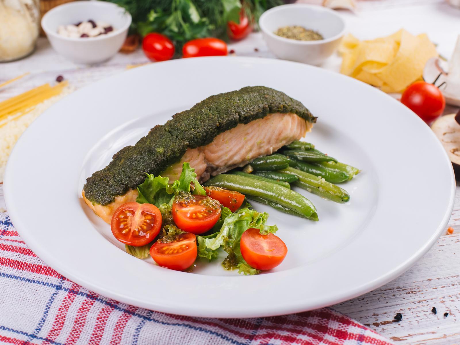 Стейк из лосося в зеленой корочке со стручковой фасолью