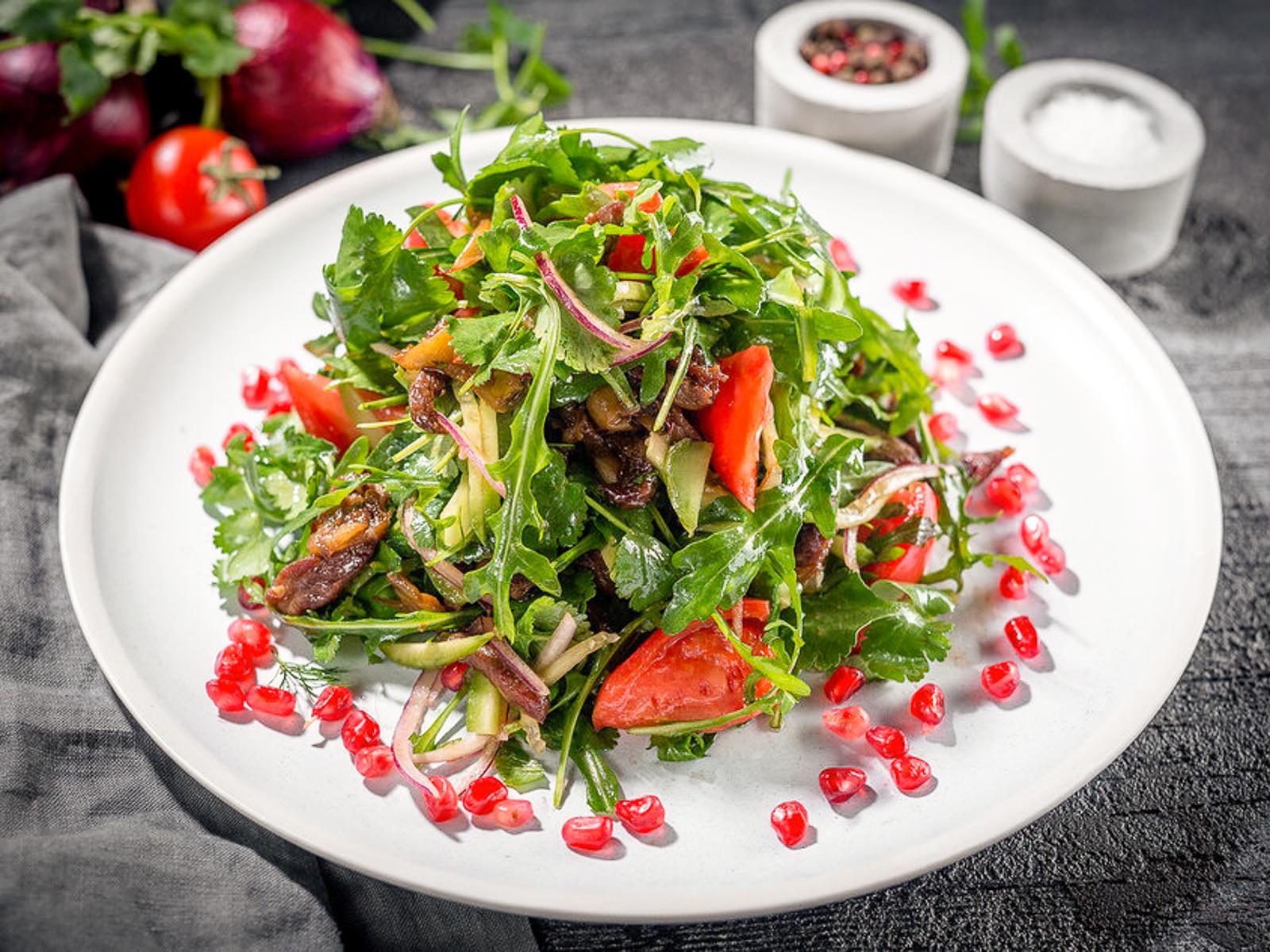 Теплый салат с телятиной и зеленью