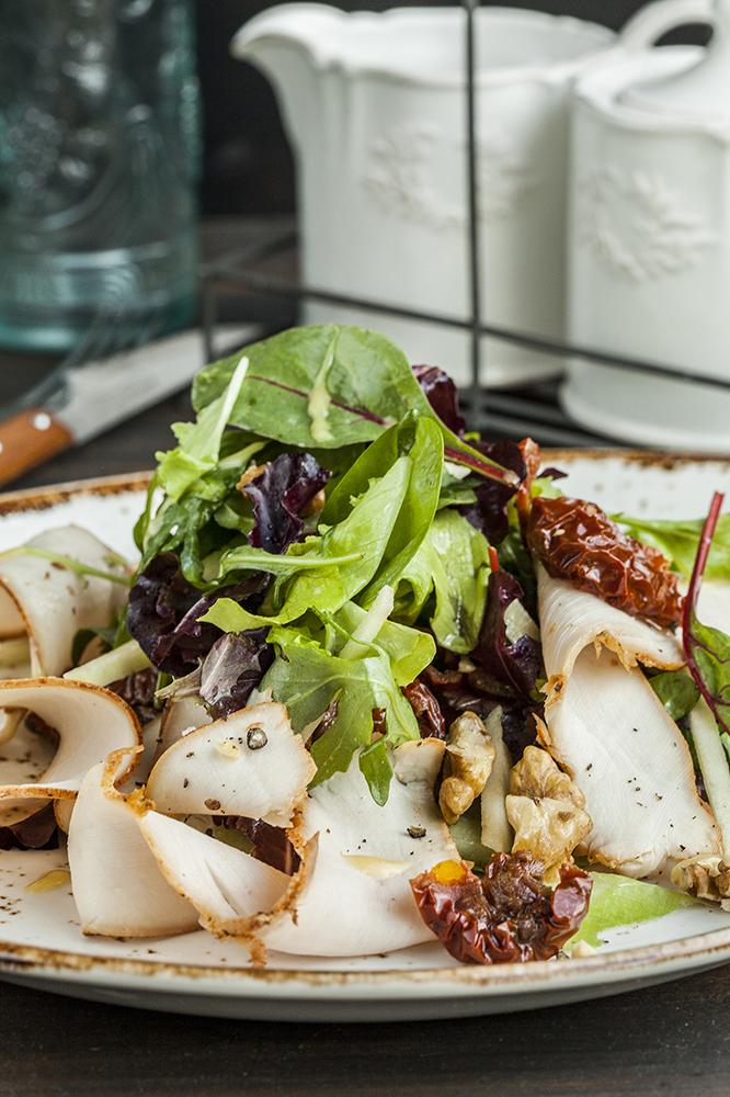 Салат с копченой индейкой под медово-горчичным соусом