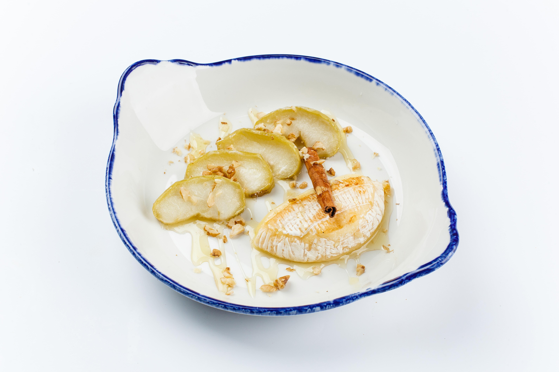 Запеченный камамбер с яблоками и медом