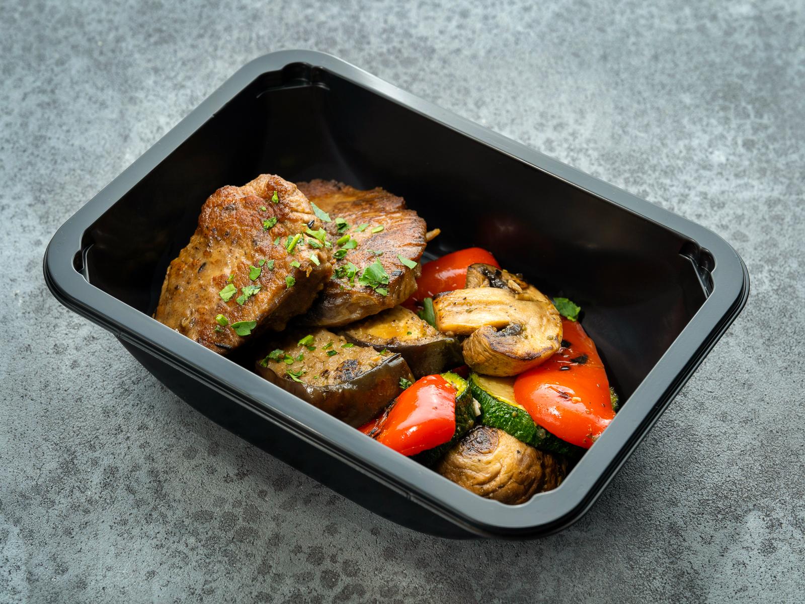 Медальоны из говядины с печеными овощами