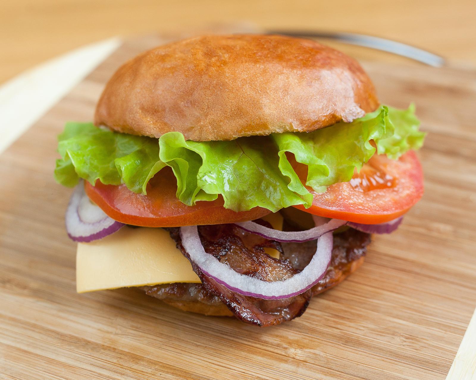 Бургер Плескавица  с сыром и беконом