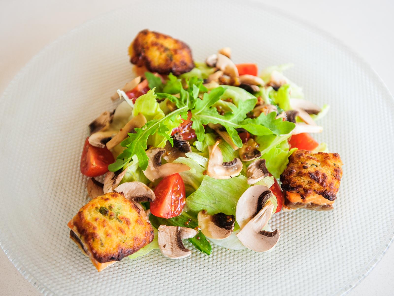 Салат с теплым лососем и пикантным муссом