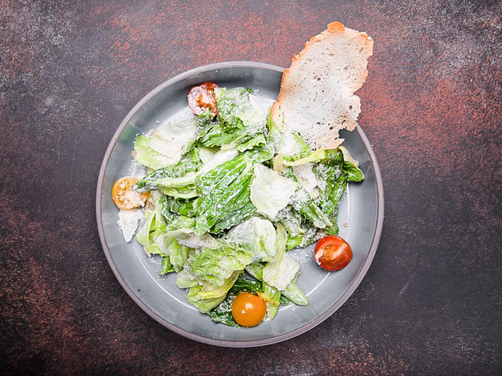 Микс салатов с соусом цезарь