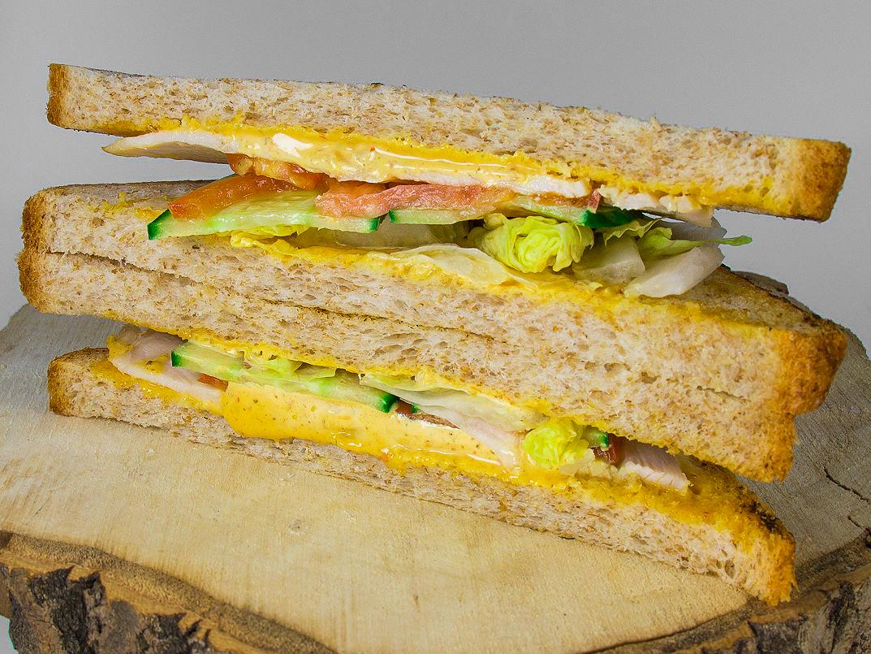 Сэндвич с курицей и соусом карри