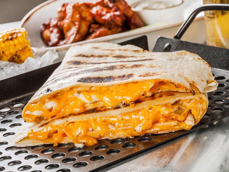 Сырная кесадилья с перцами халапеньо и чипотле