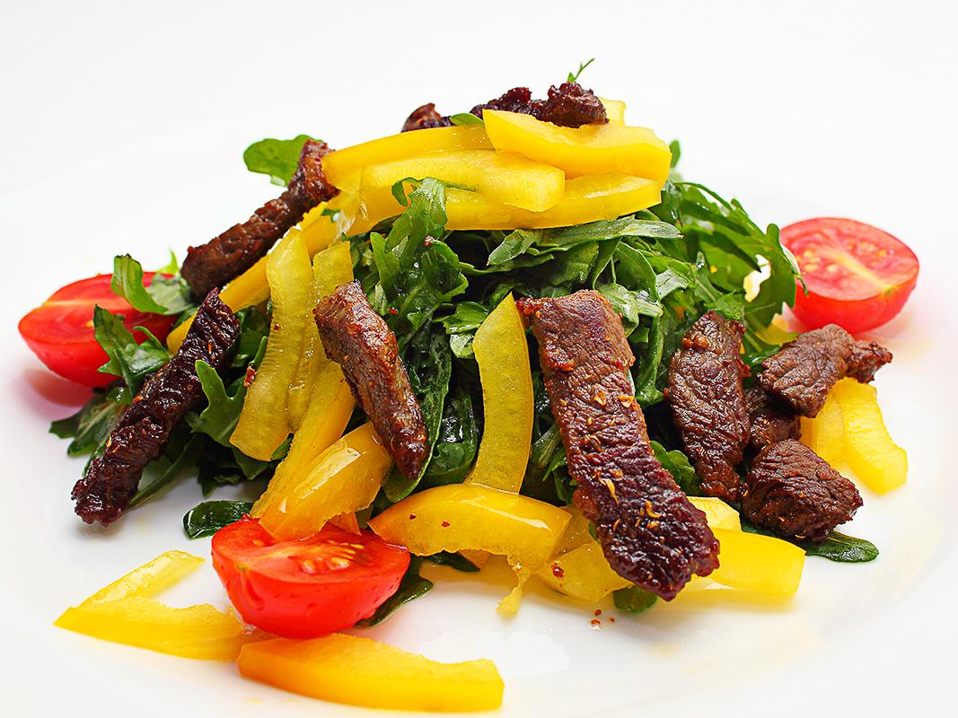 Салат руккола с телячьей вырезкой