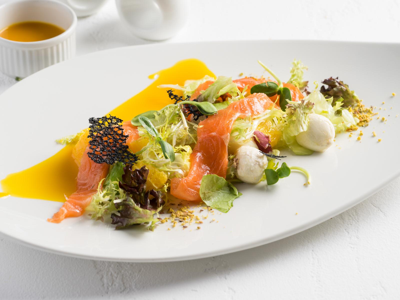 Салат с форелью и соусом из маракуйи