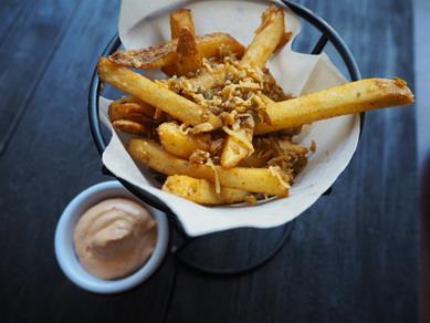 Пряная картошка фри с сыром и перцем халапеньо