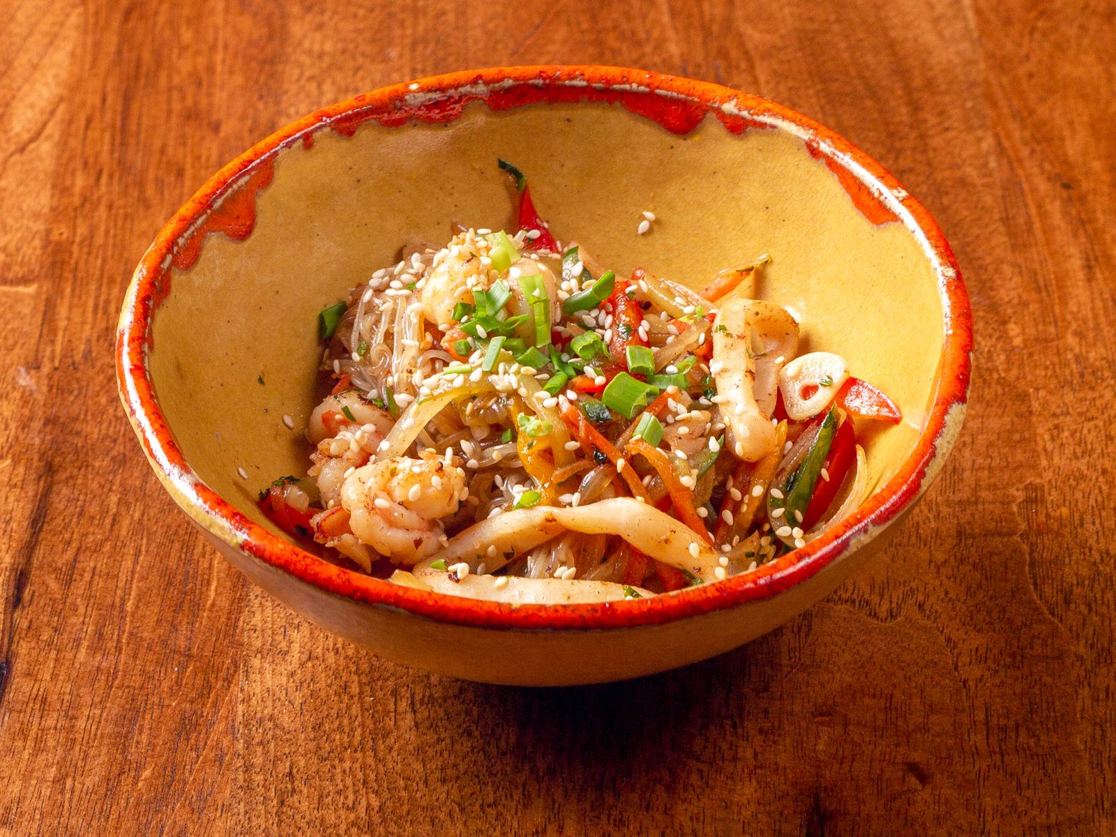 Теплый салат с морепродуктами и фунчозой