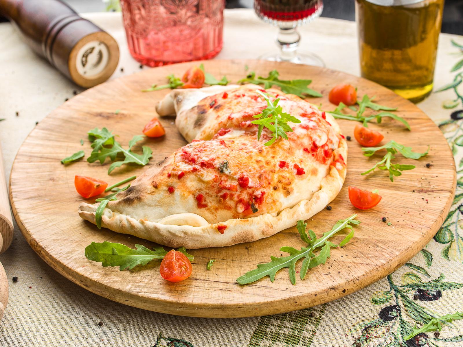 Пицца Кальцоне с белыми грибами