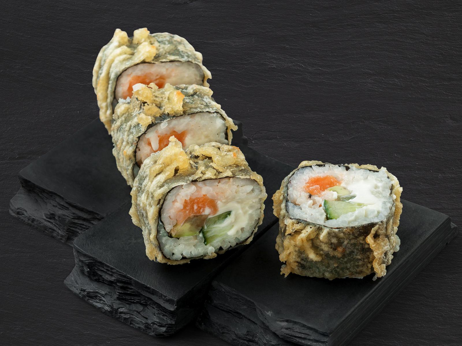 Горячий ролл с лососем
