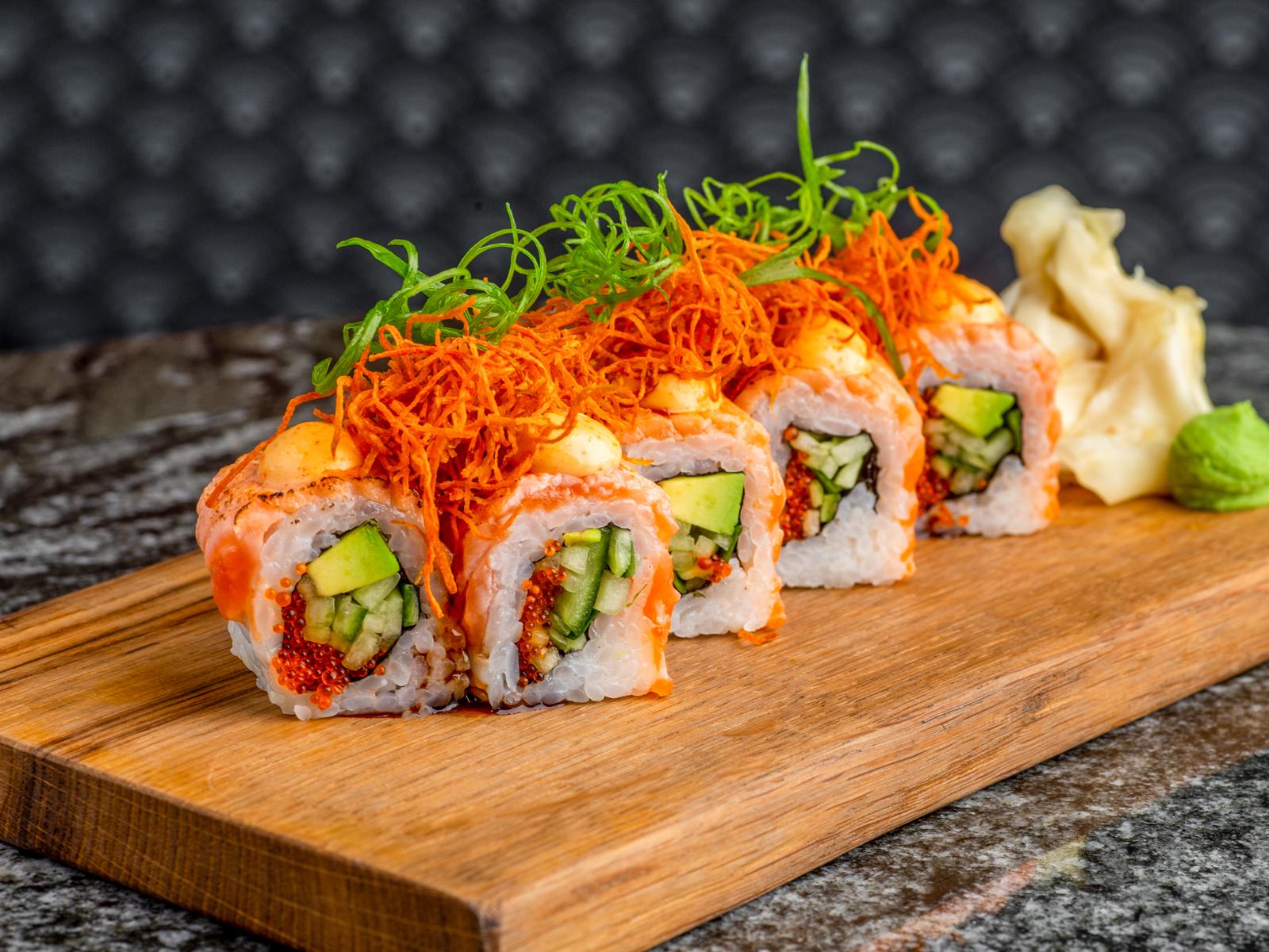Ролл опаленный лосось с тобико и спайси соусом