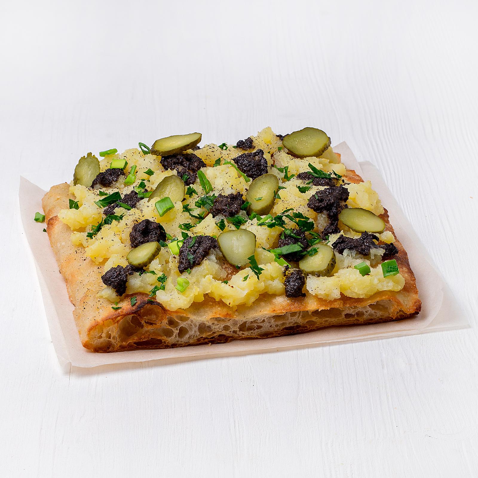 Веганская пицца с картофелем и икрой из оливок