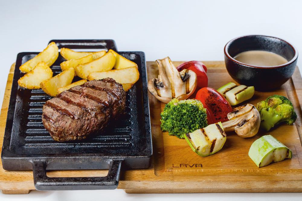 Стейк из говядины с овощами гриль и картофелем