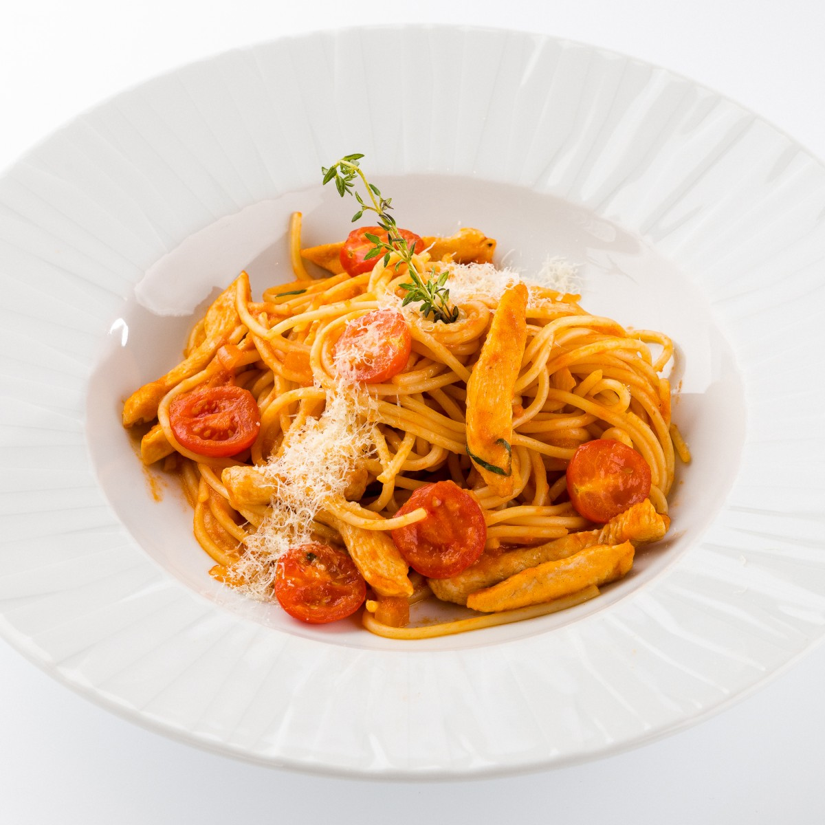 Спагетти в томатном соусе с курицей