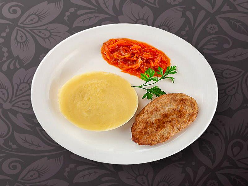 Картофельное пюре с котлетой и подливой