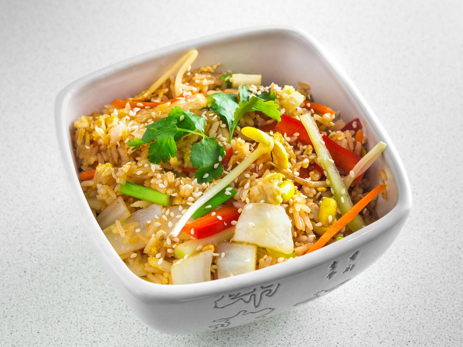Жаренный рис с овощами и яйцом