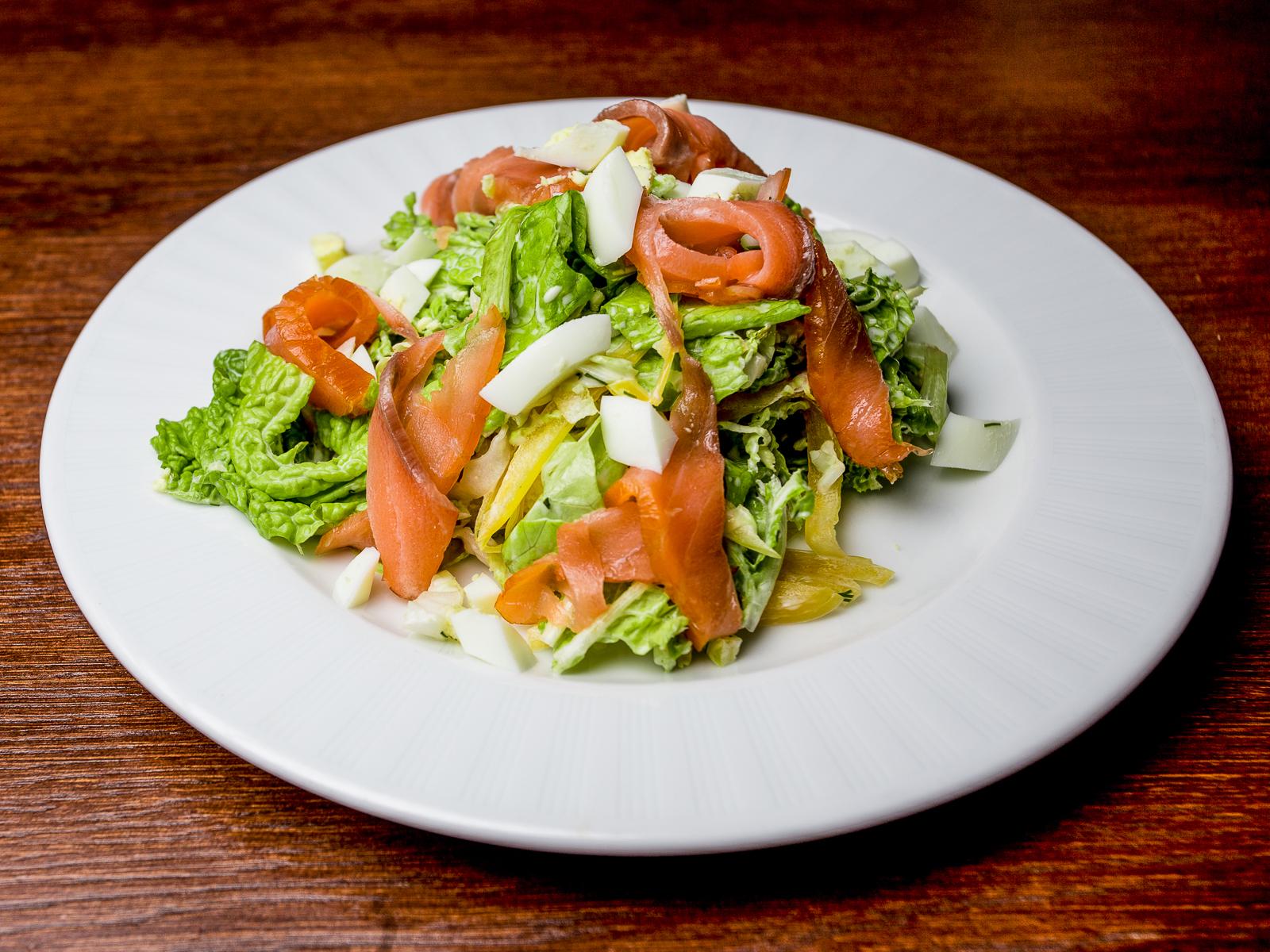 Салат с рукколой и лососем