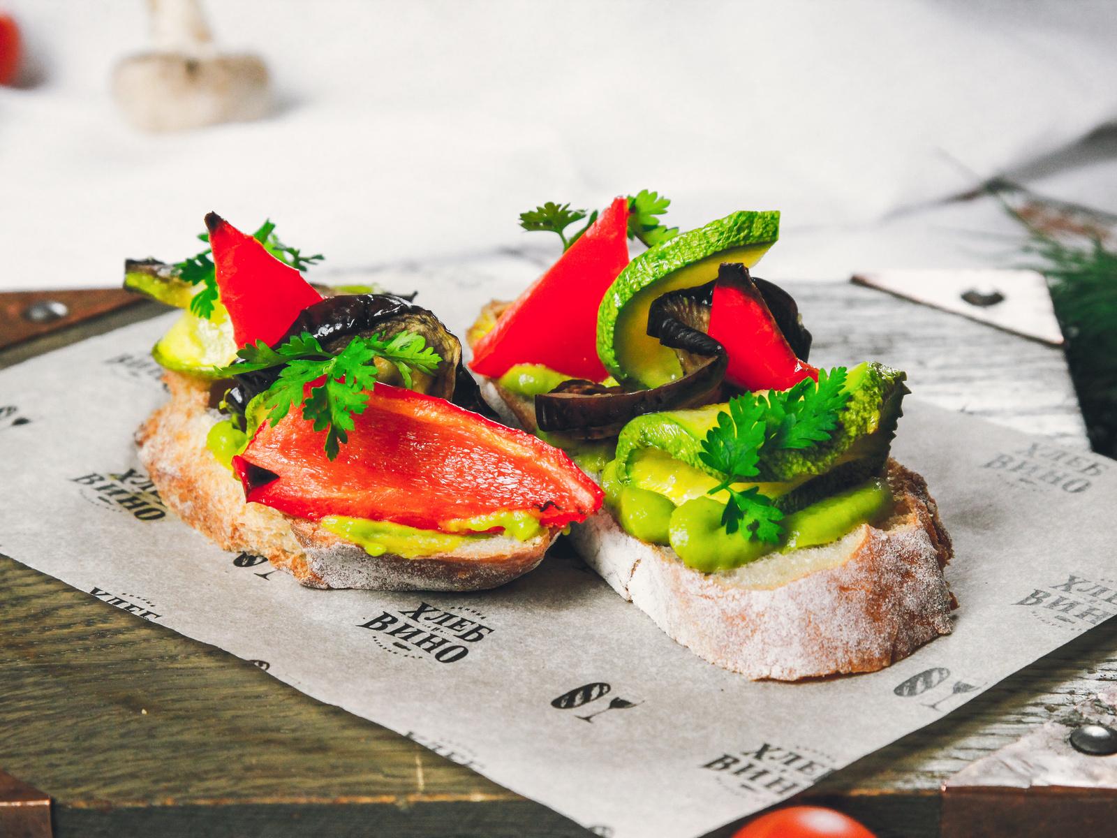 Брускетта с гуакамоле и печеными овощами