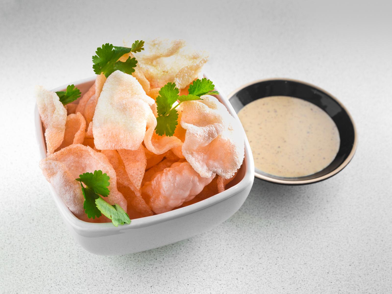 Креветочные чипсы с соусом