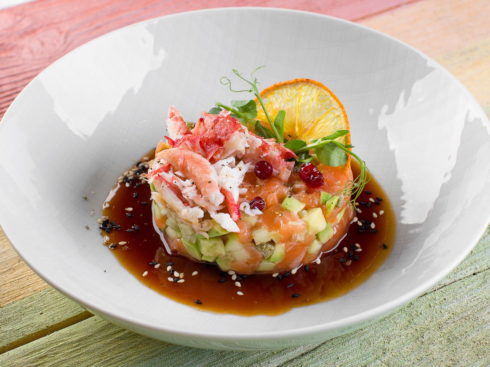 Тартар из лосося с авокадо и крабом