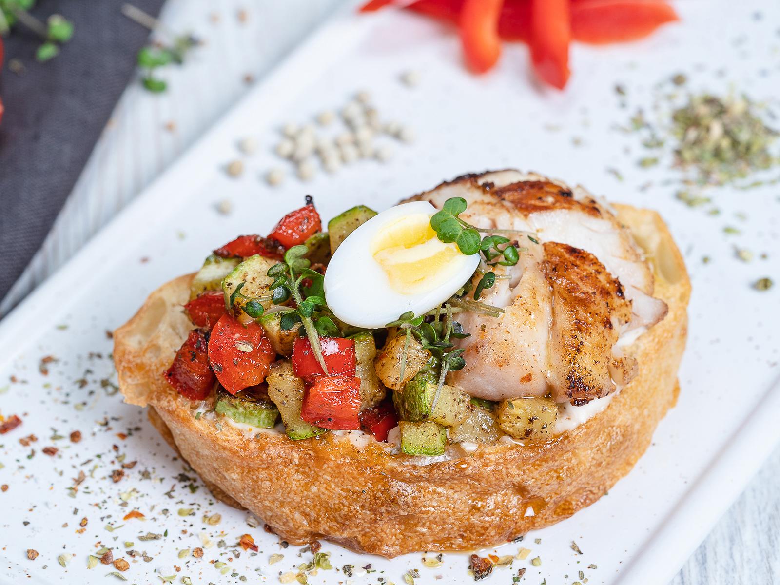 Бутерброд с томлёными овощами и морским окунем