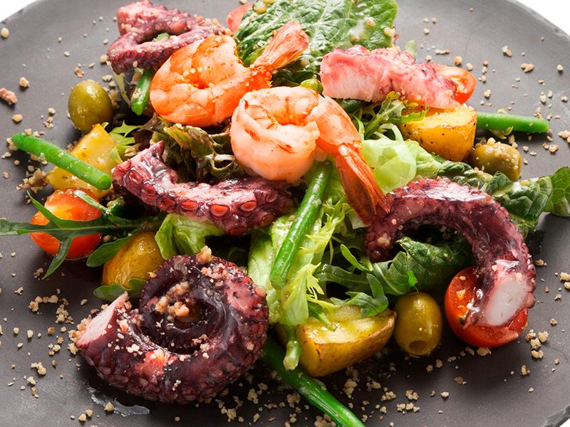 Теплый салат с осьминогом и креветками