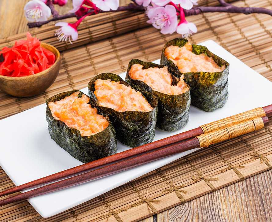 Суши острые с лососем (4 шт.)