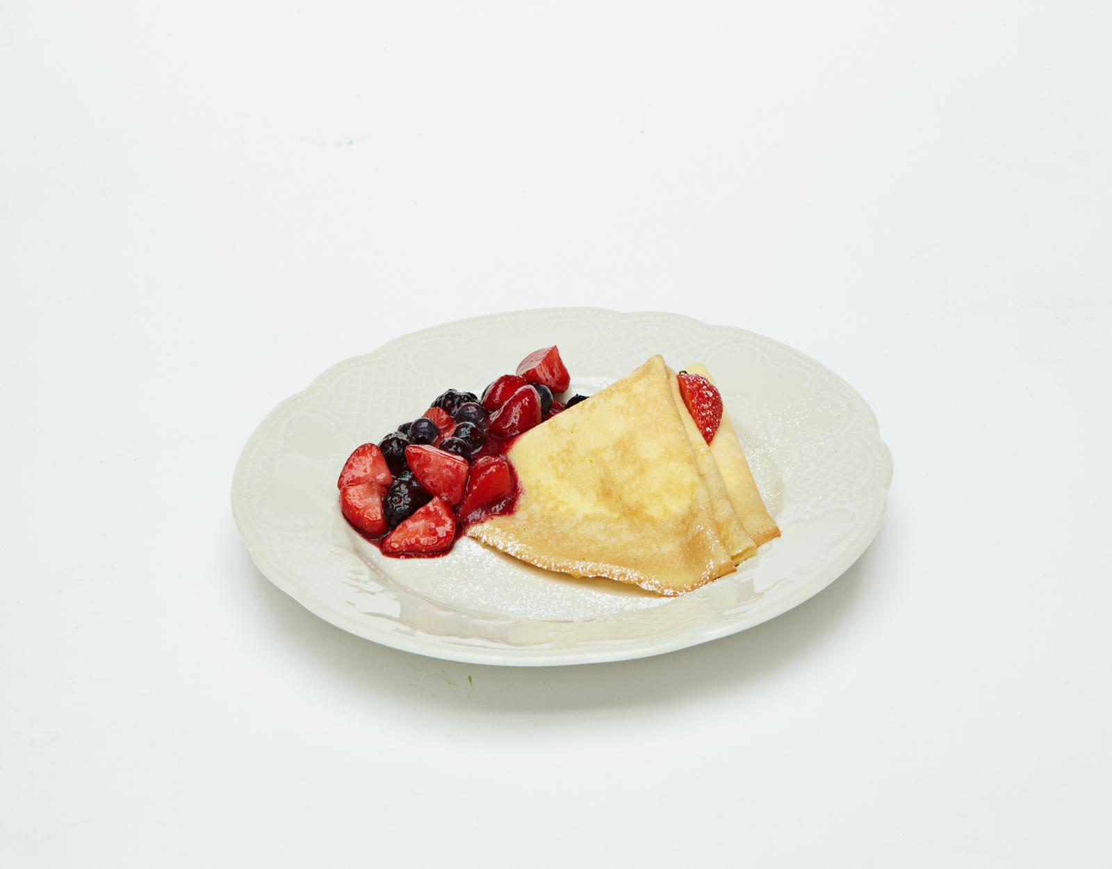 Блинчики со сливочною начинкою и горячими ягодами