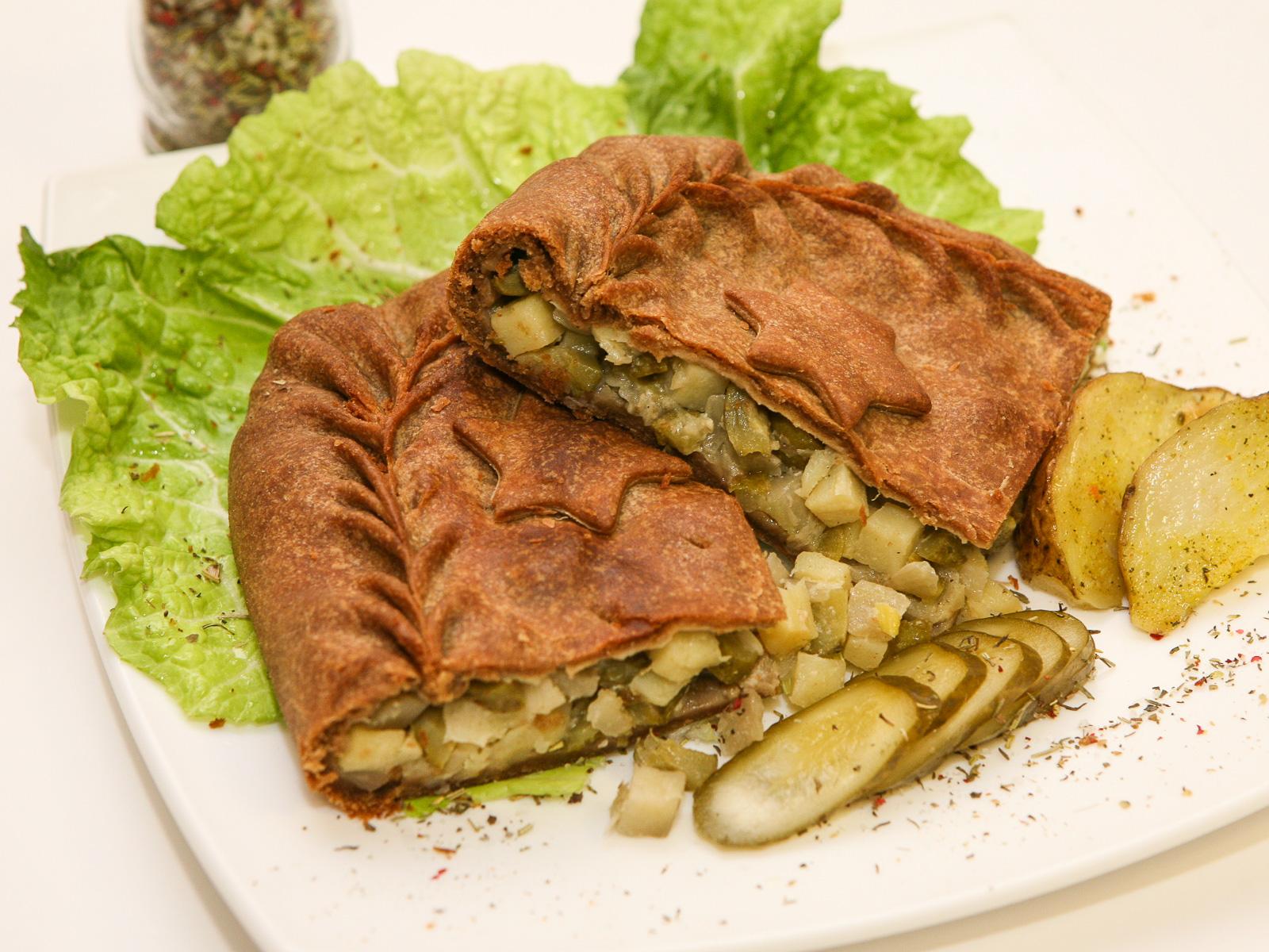 Ржаной пирог с картофелем и солеными огурцами