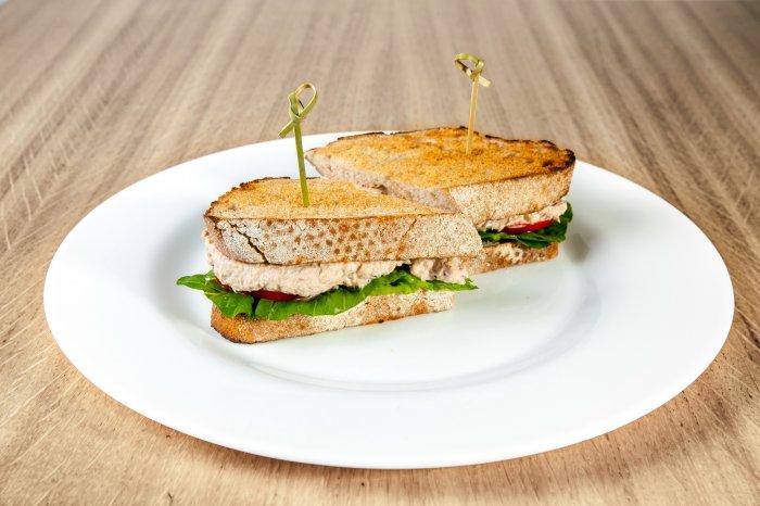 Сэндвич с салатом из тунца и помидорами