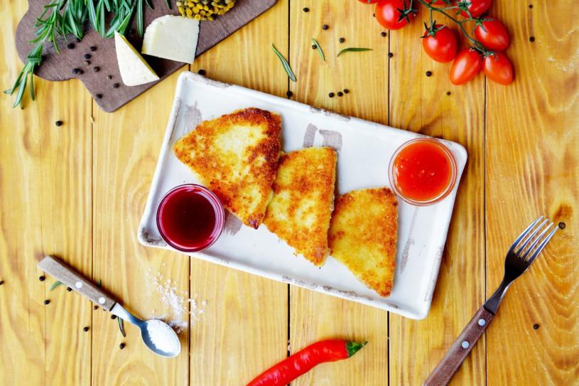 Жареный сулугуни с соусом «Сладкий чили» и «ягодный»