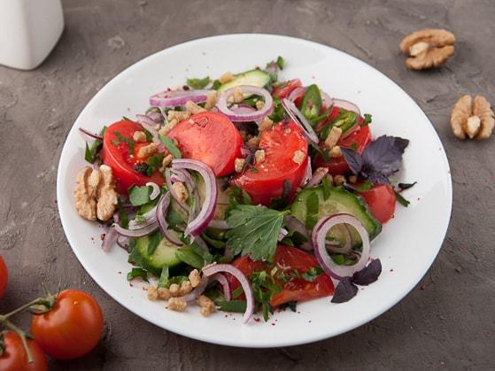 Салат овощной по-грузински с орехами