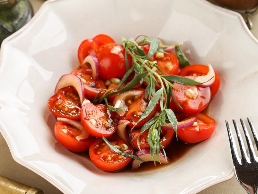 Спелые томаты с крымским луком